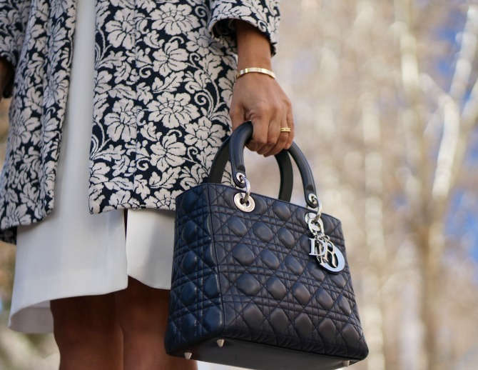 06-street style-trucco-trucco spain- trucco30- white-navy-flowers-coat-lady dior-dior-so kate-christian louboutin-con dos tacones-c2t
